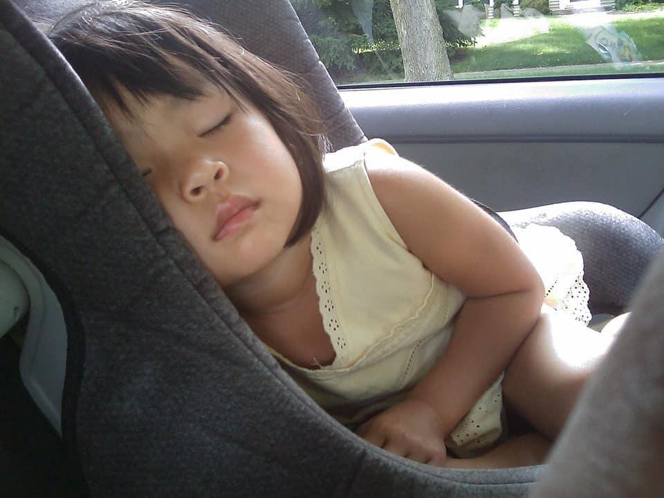 barn i bilen